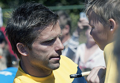 Fotbollsspelaren Anders Svensson med fans